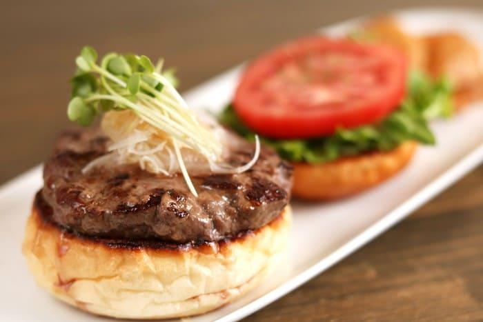 角切りミンチの肉を感じる神戸牛バーガー